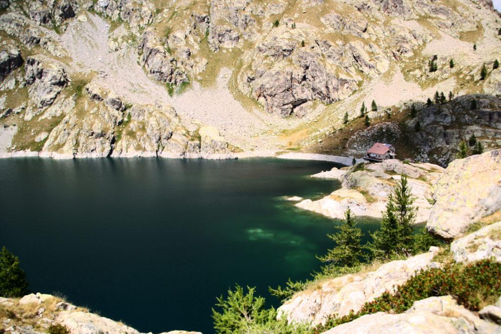 Lac Vert et refuge de la Valmasque, uniquement accessible à pied.