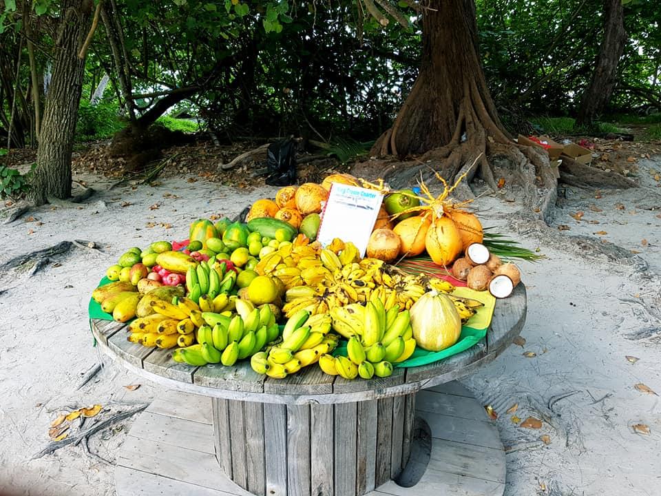étalage de fruits tropicaux à Praslin